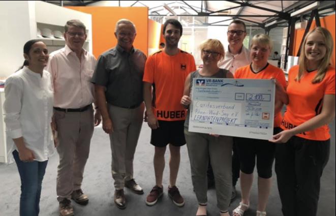 Spendenübergabe aus Firmenlauf-Aktion an Landrat Achim Hallerbach, Landkreis Neuwied