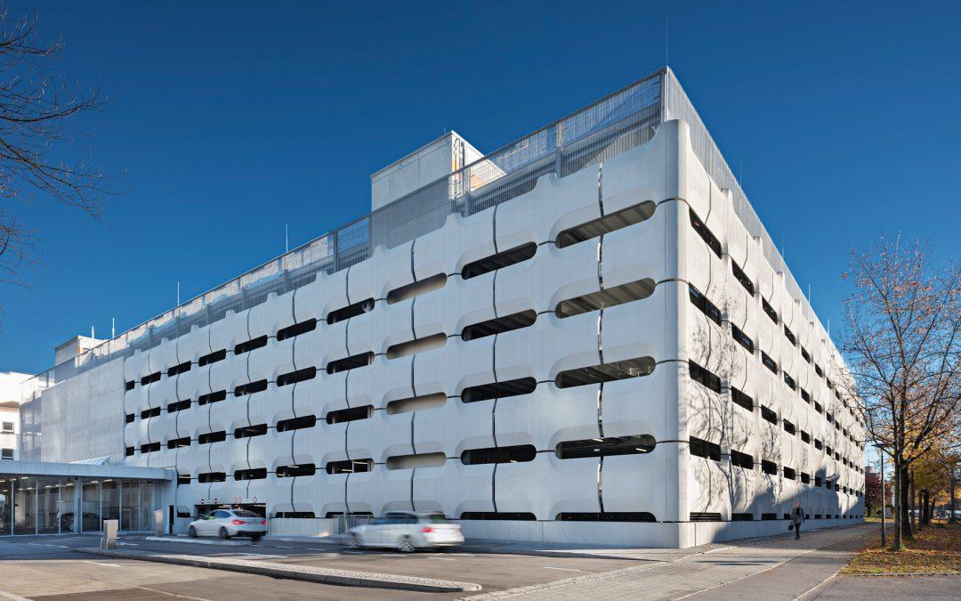 Nach Rückbau eines denkmalgeschützten Parkhauses: Neues Parkhaus am Petuelring in München in Betrieb